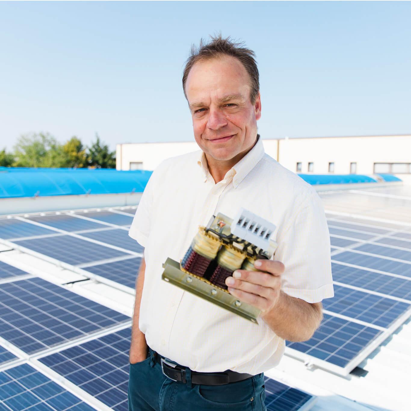 Trafomodern Geschäftsführer Christoph Blum am Dach seiner neuen Photovoltaikanlage