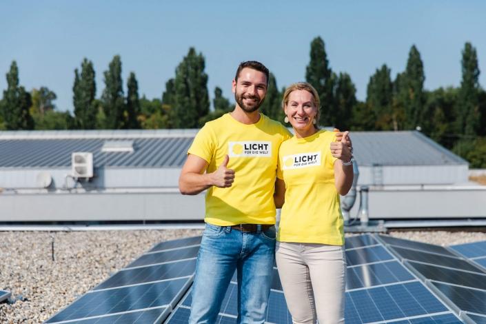 Michael Lederer (LDS Lederer) mit Sabine Prenn (Licht für die Welt) vor neu eröffneter Photovoltaikanlage