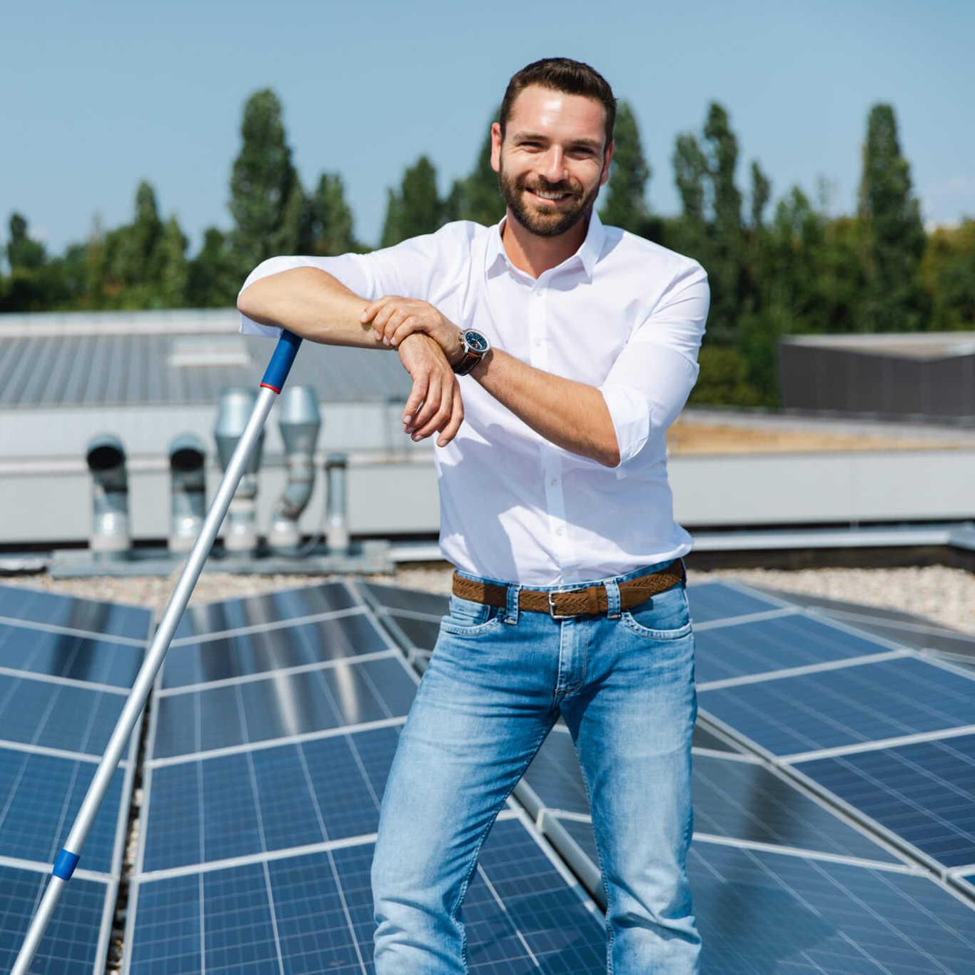 Dr. Michael Lederer, Geschäftsführer von LDS Lederer, glücklich vor neuer Photovoltaikanlage