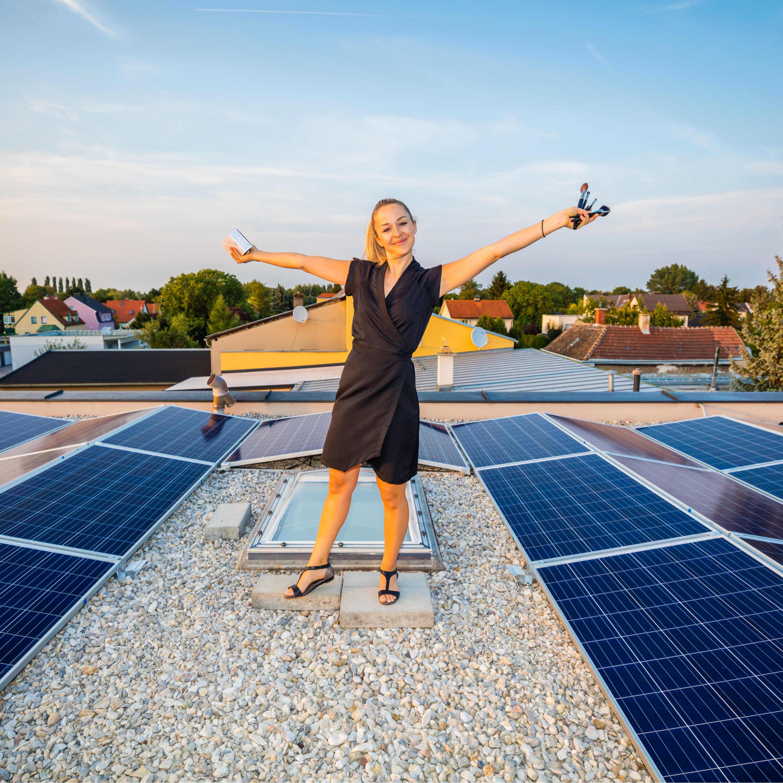 haut.sache Solarheldin Stefanie Wascher glücklich vor neuer Photovoltaikanlage