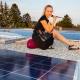 Stefanie Wascher glücklich über neue Photovoltaikanlage auf haut.sache Unternehmensdach