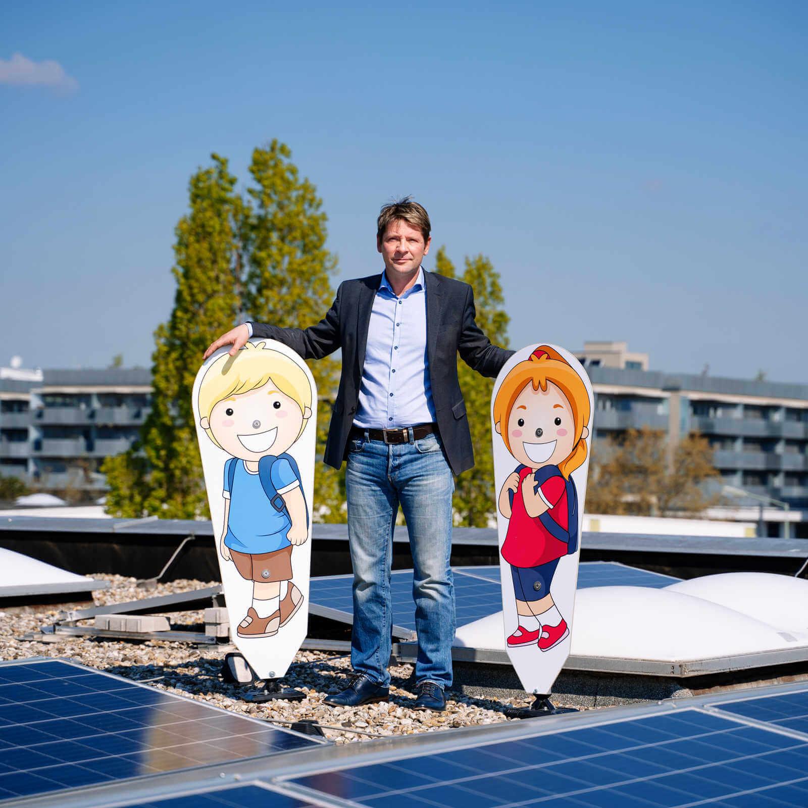 Ebinger GmbH Geschäftsführer Wolfgang Hammer vor 100 kWp Photovoltaikanlage