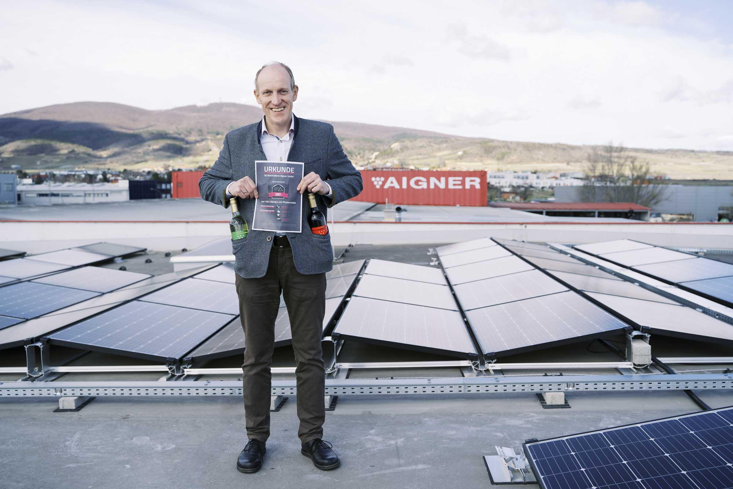 Aigner Geschäftsführer Rudolf Himmelsberger mit Solarheldenurkunde